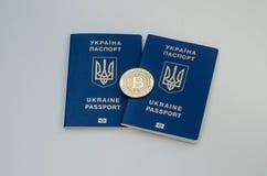 Ουκρανικά ξένα διαβατήρια και bitcoin νόμισμα Έννοια της Ουκρανίας και cryptocurrency Στην άσπρη ανασκόπηση Στοκ εικόνες με δικαίωμα ελεύθερης χρήσης