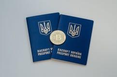 Ουκρανικά ξένα διαβατήρια και bitcoin νόμισμα Έννοια της Ουκρανίας και cryptocurrency Στην άσπρη ανασκόπηση Στοκ Εικόνες