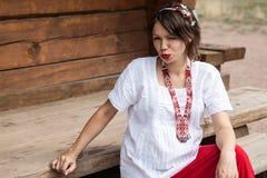 Ουκρανική έγκυος γυναίκα στο παραδοσιακό κεντημένο πουκάμισο στοκ εικόνες