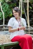 Ουκρανική έγκυος γυναίκα στο παραδοσιακό κεντημένο πουκάμισο Στοκ Φωτογραφία