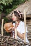 Ουκρανική έγκυος γυναίκα στο παραδοσιακό κεντημένο πουκάμισο Στοκ Εικόνα
