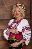 Ουκρανική έγκυος γυναίκα στο vyshyvanka στοκ εικόνα με δικαίωμα ελεύθερης χρήσης
