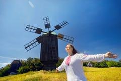 Ουκρανική γυναίκα στο εθνικό κοστούμι στοκ εικόνα με δικαίωμα ελεύθερης χρήσης