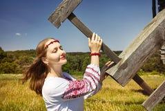 Ουκρανική γυναίκα στο εθνικό κοστούμι στοκ φωτογραφίες με δικαίωμα ελεύθερης χρήσης