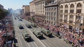 Ουκρανική κίνηση στρατιωτικών οχημάτων κατά τη διάρκεια μιας στρατιωτικής παρέλασης απόθεμα βίντεο