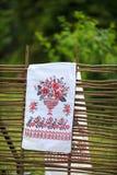 Ουκρανική πετσέτα στο φράκτη Στοκ φωτογραφία με δικαίωμα ελεύθερης χρήσης