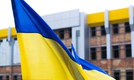 Ουκρανική σημαία στο υπόβαθρο του ατελούς κτηρίου Στοκ φωτογραφία με δικαίωμα ελεύθερης χρήσης