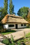 Ουκρανικό αγροτικό εξοχικό σπίτι με μια στέγη αχύρου Στοκ Εικόνες