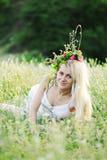 Ουκρανικό κορίτσι άσπρα sundress και ένα στεφάνι των λουλουδιών τον Στοκ Εικόνες