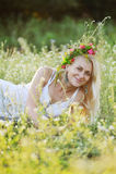 Ουκρανικό κορίτσι άσπρα sundress και ένα στεφάνι των λουλουδιών τον Στοκ εικόνες με δικαίωμα ελεύθερης χρήσης