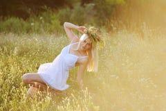 Ουκρανικό κορίτσι άσπρα sundress με ένα στεφάνι των λουλουδιών στο χ Στοκ Φωτογραφίες
