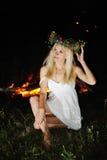 Ουκρανικό κορίτσι με ένα στεφάνι των λουλουδιών στο κεφάλι της ενάντια σε ένα BA Στοκ φωτογραφία με δικαίωμα ελεύθερης χρήσης