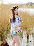 Ουκρανικό κορίτσι στο ουκρανικό εθνικό πουκάμισο που κρατά ένα Πάσχα Στοκ εικόνα με δικαίωμα ελεύθερης χρήσης