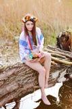 Ουκρανικό κορίτσι στο ουκρανικό εθνικό πουκάμισο που κρατά ένα Πάσχα Στοκ φωτογραφία με δικαίωμα ελεύθερης χρήσης