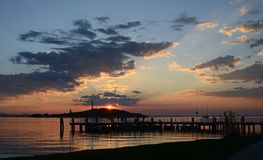 Ουμβρία, Ιταλία, λίμνη Trasimeno, η αποβάθρα SAN Feliciano στο ηλιοβασίλεμα στοκ εικόνες
