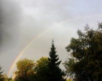 Ουράνια τόξα στον ουρανό μετά από τη βροχή Στοκ φωτογραφία με δικαίωμα ελεύθερης χρήσης