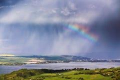 ουράνιο τόξο βροχής Βροχή και θύελλα άνοιξη στα βουνά Στοκ εικόνα με δικαίωμα ελεύθερης χρήσης