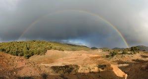 Ουράνιο τόξο και σκοτεινά σύννεφα, εθνικό πάρκο Ifrane, Μαρόκο Στοκ εικόνα με δικαίωμα ελεύθερης χρήσης