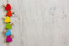 Ουράνιο τόξο καρδιών των χρωμάτων σε ένα άσπρο ξύλινο υπόβαθρο Στοκ Φωτογραφίες
