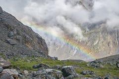 Ουράνιο τόξο μεταξύ των βράχων Τοπίο βουνών με ένα όμορφο ουράνιο τόξο ενάντια σε ένα άσπρο σύννεφο Στοκ Φωτογραφίες