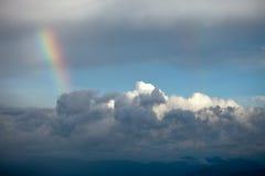 Ουράνιο τόξο μεταξύ των σύννεφων Στοκ Εικόνες