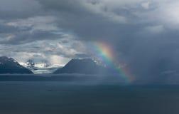 Ουράνιο τόξο μπροστά από τον παγετώνα Στοκ φωτογραφία με δικαίωμα ελεύθερης χρήσης
