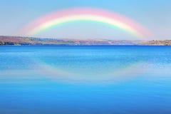 Ουράνιο τόξο πέρα από την μπλε λίμνη Στοκ εικόνες με δικαίωμα ελεύθερης χρήσης