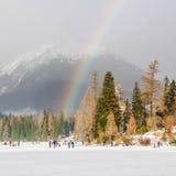 Ουράνιο τόξο πέρα από την παγωμένη λίμνη στα βουνά το χειμώνα Στοκ εικόνες με δικαίωμα ελεύθερης χρήσης
