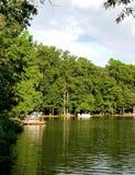 Ουράνιο τόξο πέρα από τη λίμνη, τις ελλιμενισμένα βάρκες γειτονιάς και το δάσος Στοκ εικόνα με δικαίωμα ελεύθερης χρήσης