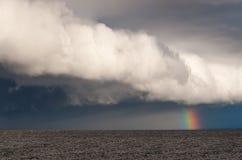 Ουράνιο τόξο πέρα από τη θάλασσα. Στοκ Φωτογραφίες