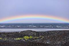 Ουράνιο τόξο πέρα από τον Ατλαντικό Ωκεανό στην Ισλανδία στοκ φωτογραφία