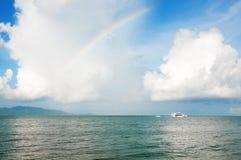 Ουράνιο τόξο πέρα από τον ορίζοντα της ωκεάνιας παραλίας Στοκ Εικόνες