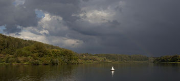 Ουράνιο τόξο πέρα από τον ποταμό μετά από τη βροχή Στοκ Φωτογραφίες
