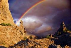 Ουράνιο τόξο πέρα από τους απότομους βράχους στην Κριμαία