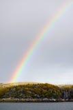 Ουράνιο τόξο πέρα από τους λόφους της χερσονήσου κόλα Στοκ φωτογραφία με δικαίωμα ελεύθερης χρήσης