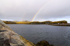 Ουράνιο τόξο πέρα από τους λόφους της χερσονήσου κόλα Στοκ Φωτογραφία