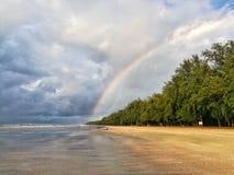 Ουράνιο τόξο πέρα από το δάσος και την παραλία παραλία Ταϊλάνδη Στοκ Εικόνες