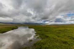 Ουράνιο τόξο πέρα από το πράσινο λιβάδι Στοκ Φωτογραφίες