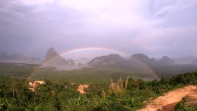 Ουράνιο τόξο σε Samed Nang Chee, Phang Nga, Ταϊλάνδη φιλμ μικρού μήκους