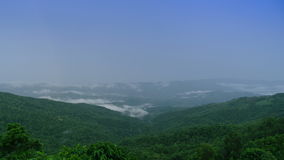 Ουράνιο τόξο στην υδρονέφωση βουνών απόθεμα βίντεο
