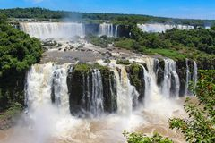 Ουράνιο τόξο στις πτώσεις Iguazu που αντιμετωπίζονται από τη Βραζιλία Στοκ εικόνες με δικαίωμα ελεύθερης χρήσης