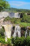 Ουράνιο τόξο στις πτώσεις Iguazu που αντιμετωπίζονται από τη Βραζιλία Στοκ Εικόνες
