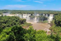Ουράνιο τόξο στις πτώσεις Iguazu που αντιμετωπίζονται από τη Βραζιλία Στοκ Φωτογραφία