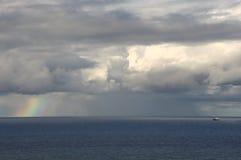 Ουράνιο τόξο στον ωκεανό Στοκ Εικόνες