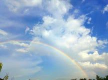 Ουράνιο τόξο στο μπλε ουρανό την ηλιόλουστη ημέρα στοκ εικόνα με δικαίωμα ελεύθερης χρήσης