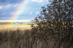 Ουράνιο τόξο στο υπόβαθρο ενός αγροτικού τοπίου φθινοπώρου, Ρωσία Στοκ Εικόνες