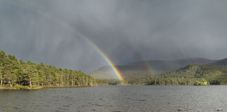 Ουράνιο τόξο & σύννεφο θύελλας πέρα από τη λίμνη ένα Eilein στη Σκωτία Στοκ φωτογραφία με δικαίωμα ελεύθερης χρήσης