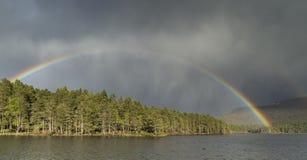 Ουράνιο τόξο & σύννεφο θύελλας πέρα από τη λίμνη ένα Eilein στη Σκωτία Στοκ εικόνες με δικαίωμα ελεύθερης χρήσης