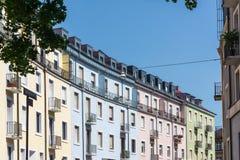 Ουράνιων τόξων πολύχρωμα χρώματα αρχιτεκτονικής σπιτιών χαρακτηριστικά ευρωπαϊκά στοκ εικόνα με δικαίωμα ελεύθερης χρήσης