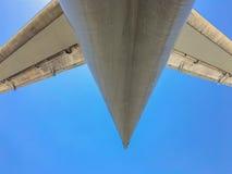 Ουρά του αεριωθούμενου αεροπλάνου ενάντια στο μπλε ουρανό Στοκ εικόνα με δικαίωμα ελεύθερης χρήσης